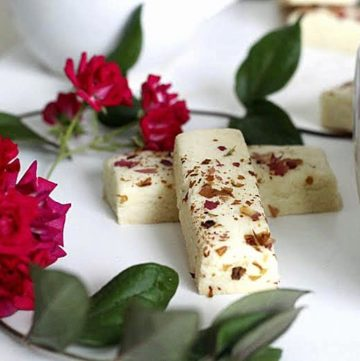 Rose petal shortbread cookies with roses