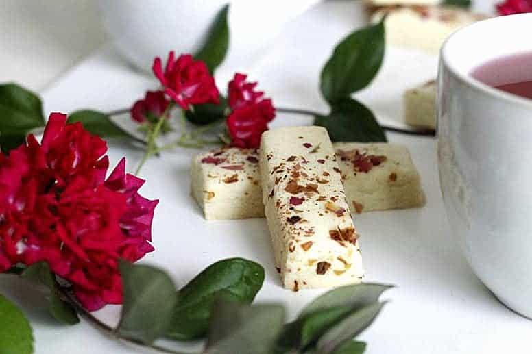 Rose petal shortbread cookies with roses