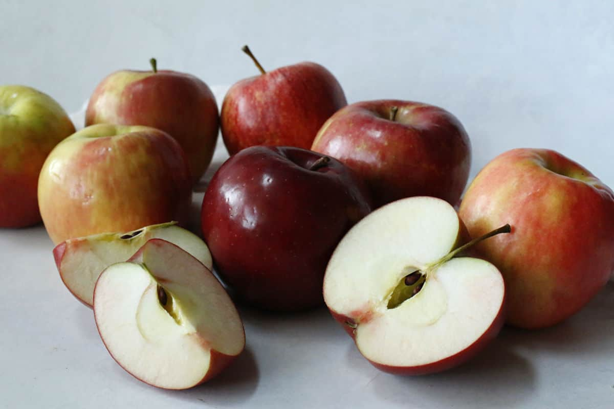 whole and sliced apples