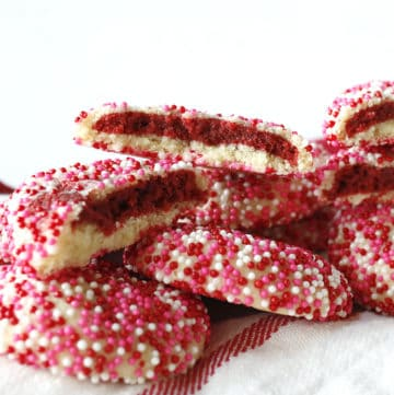 Sprinkle cookies with a red velvet filling.